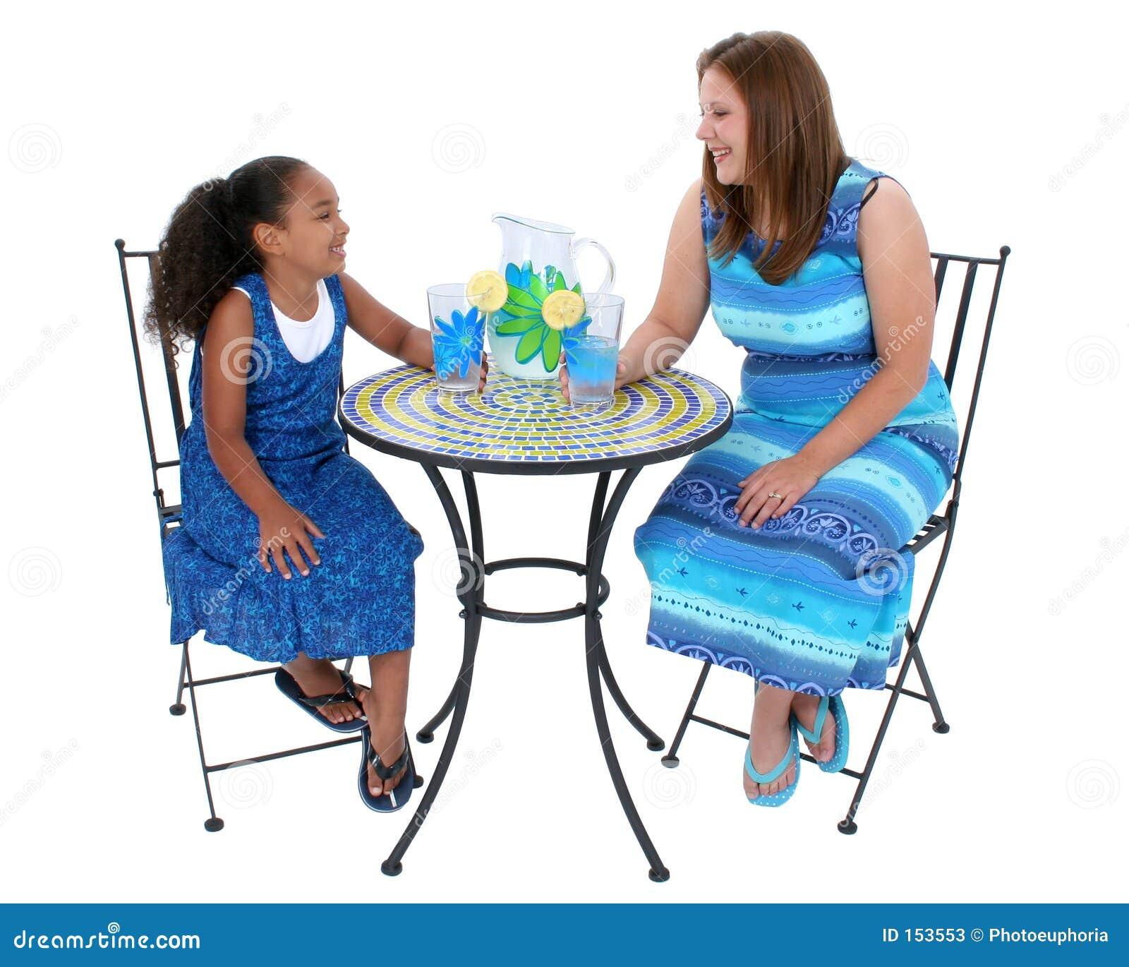 小餐馆共享表妇女的儿童柠檬水