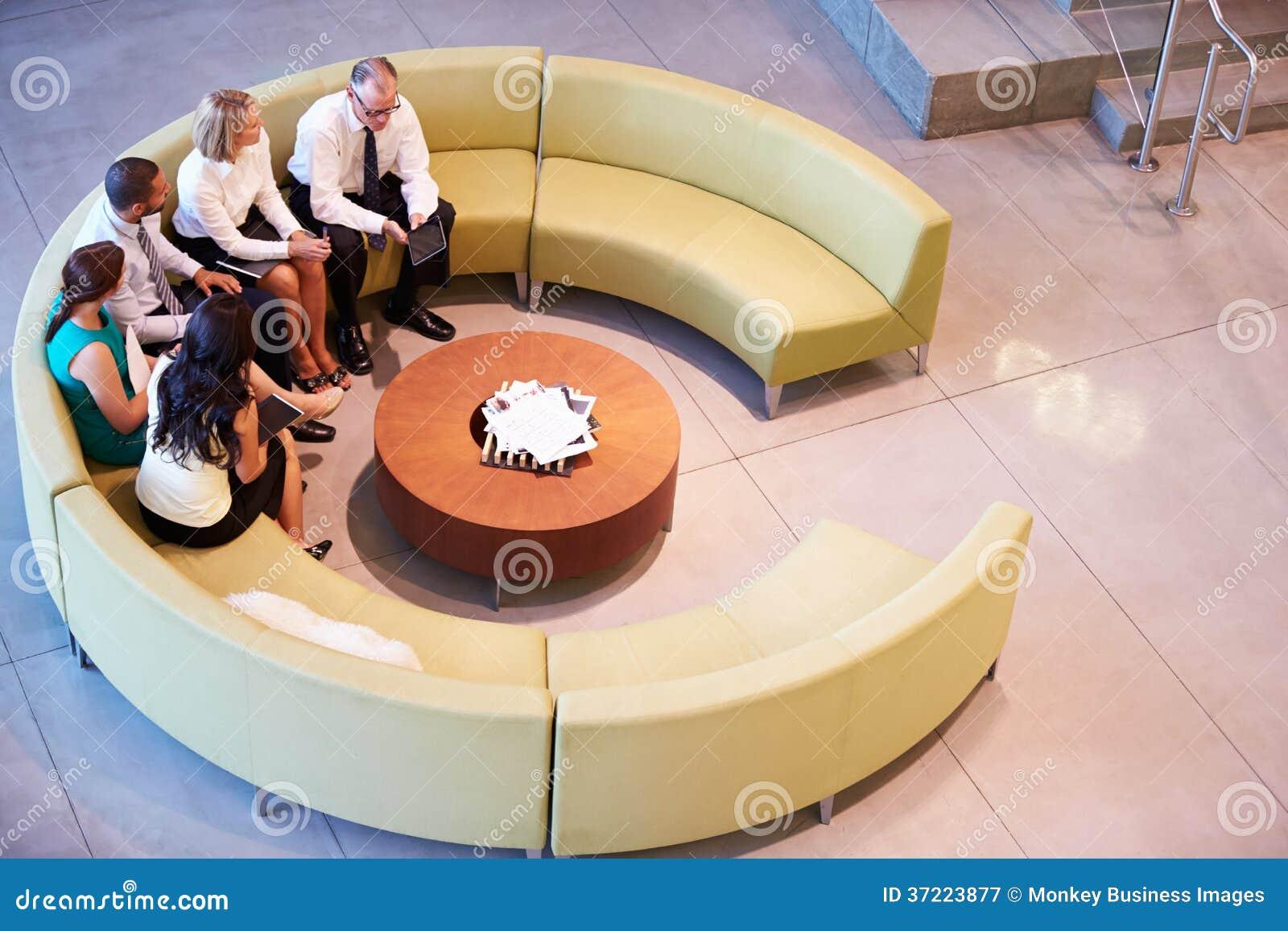小组买卖人开会议在办公室大厅