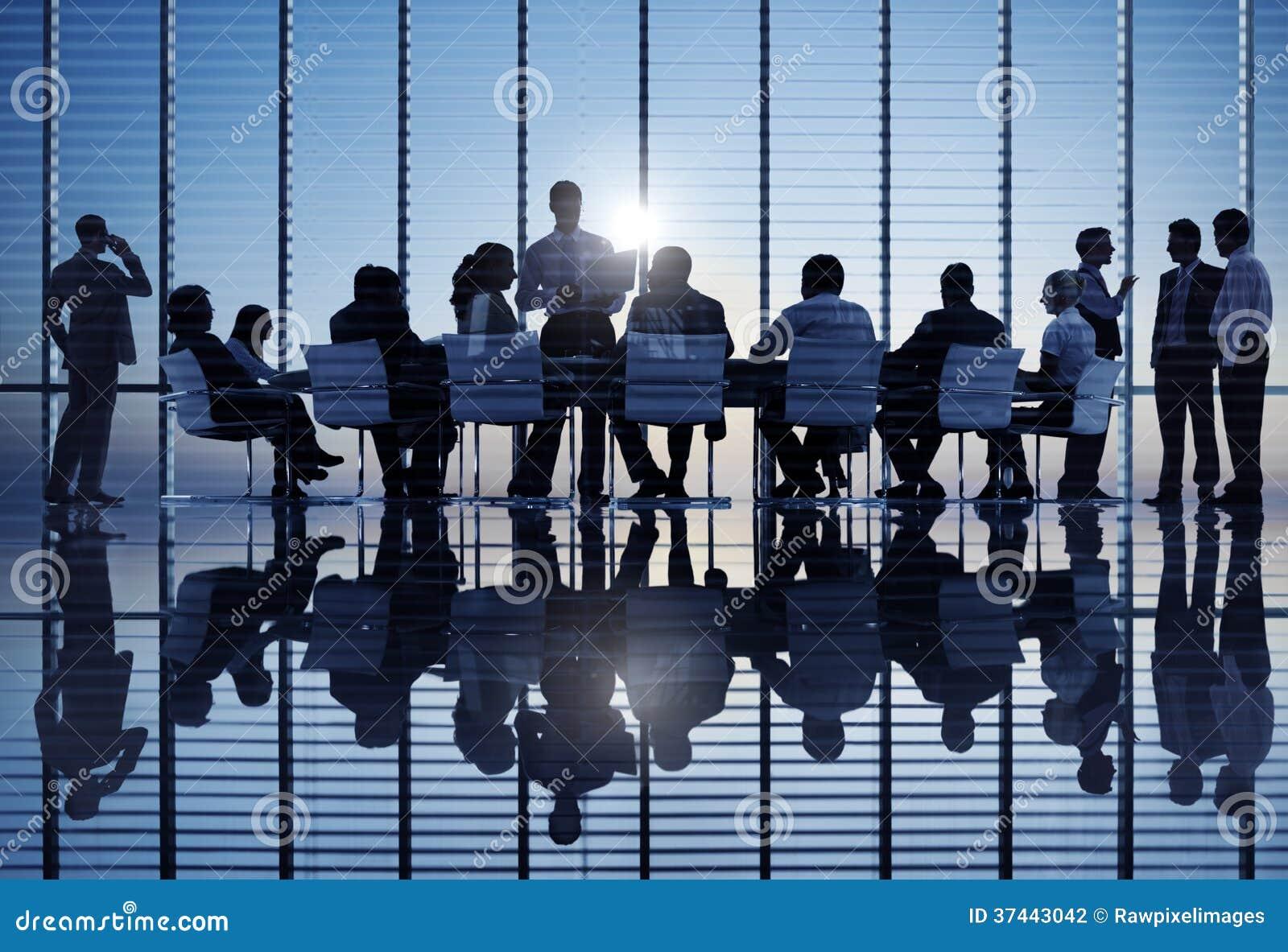 小组国际商业人在会议上