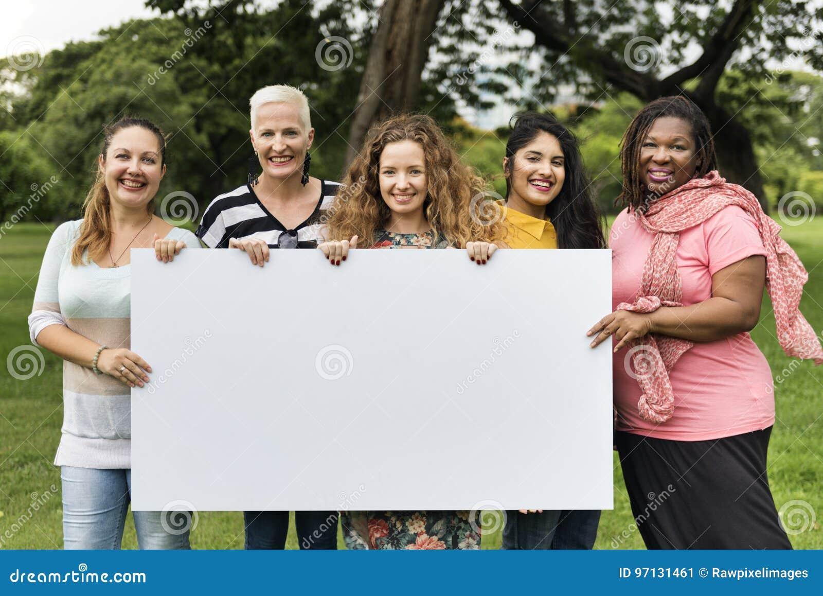 小组妇女交往配合幸福概念