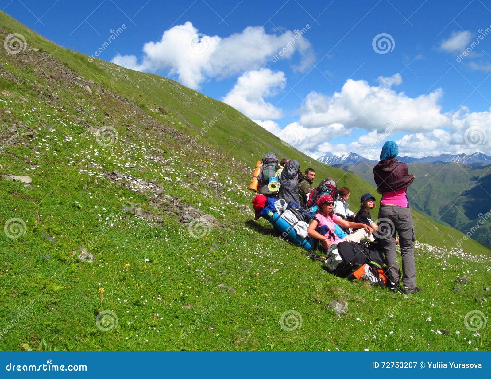 小组登山人有休息在山绿色山谷