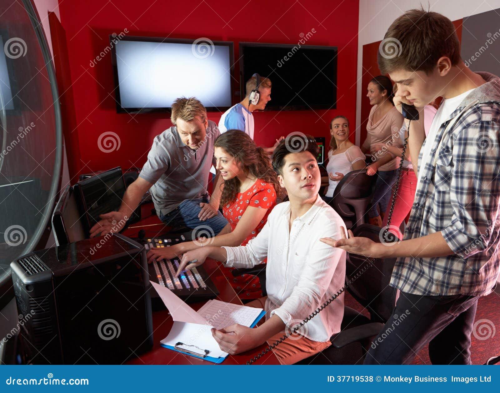小组工作在影片剪辑类的媒介学生
