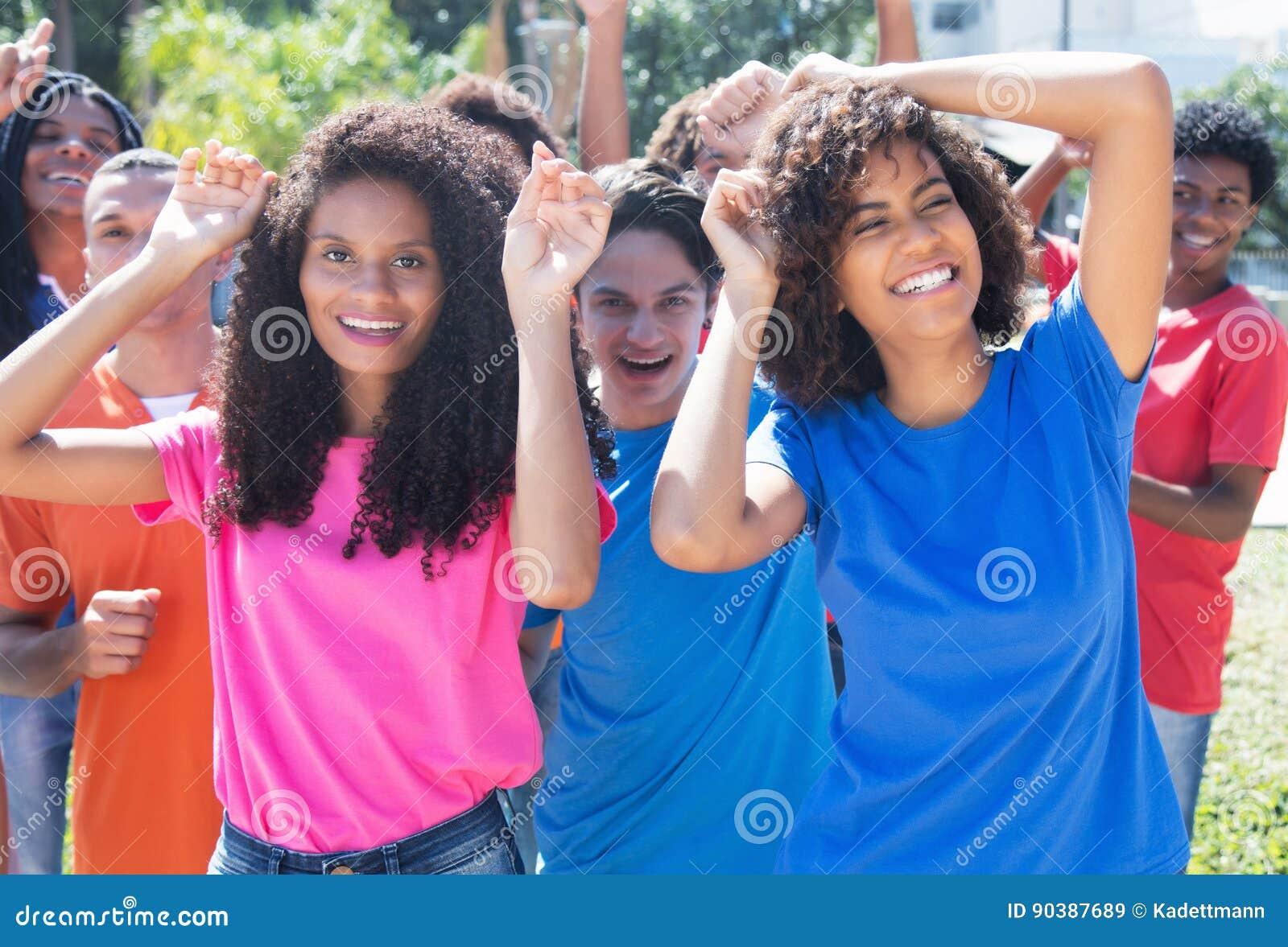 小组愉快的跳舞拉美裔和拉丁语和非裔美国人p
