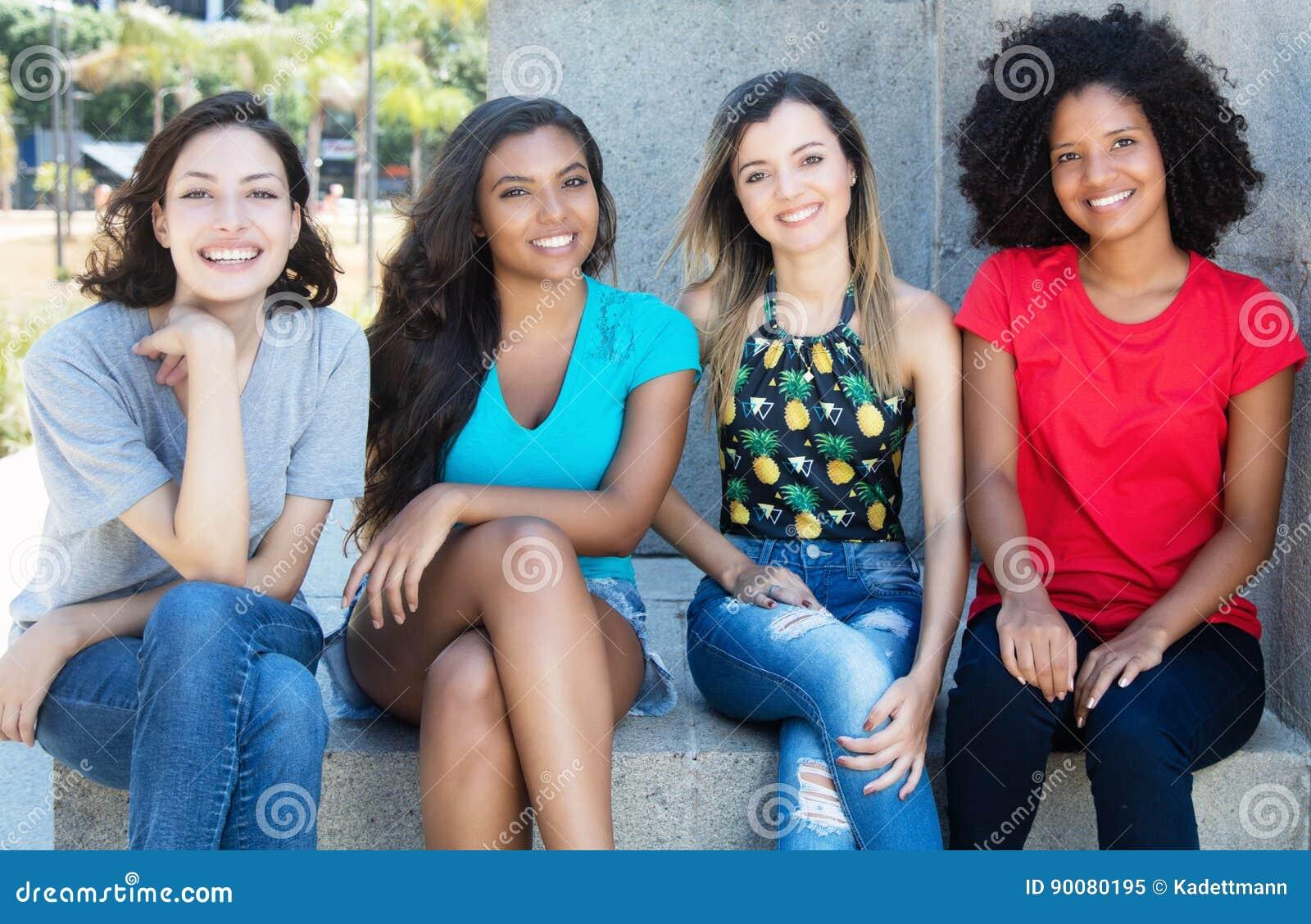 小组有年轻的非裔美国人的拉丁和白种人女孩