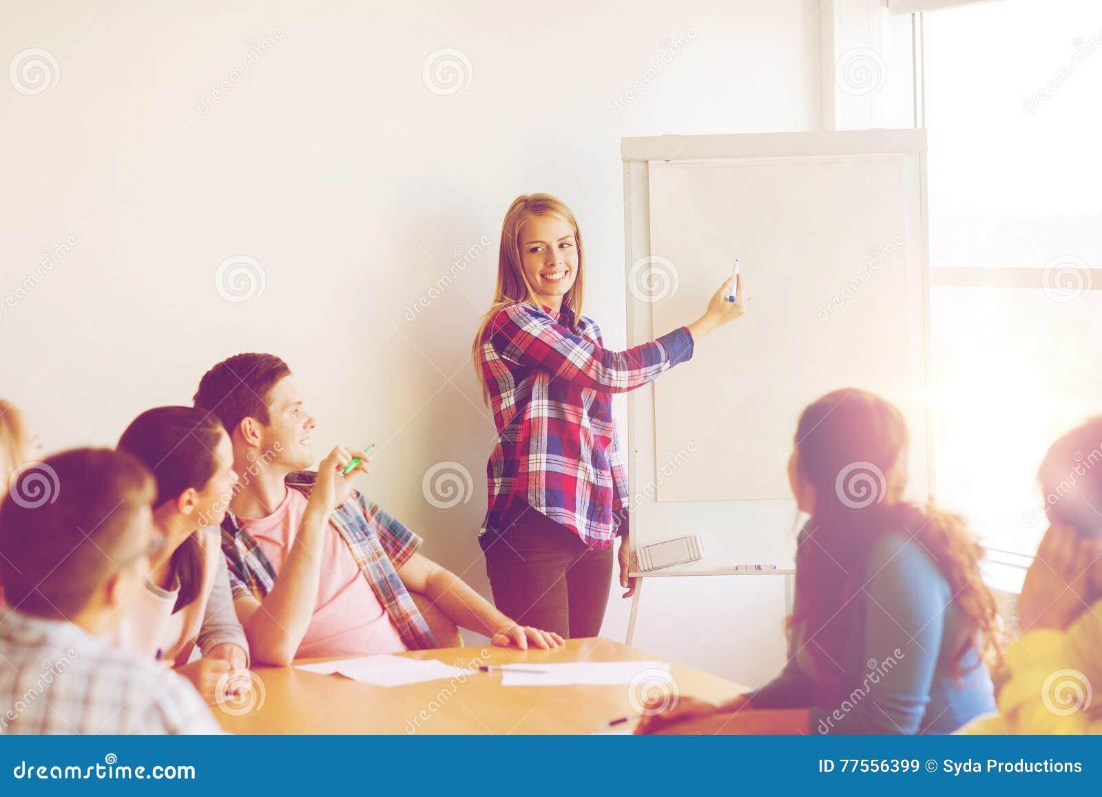 小组有轻碰委员会的微笑的学生