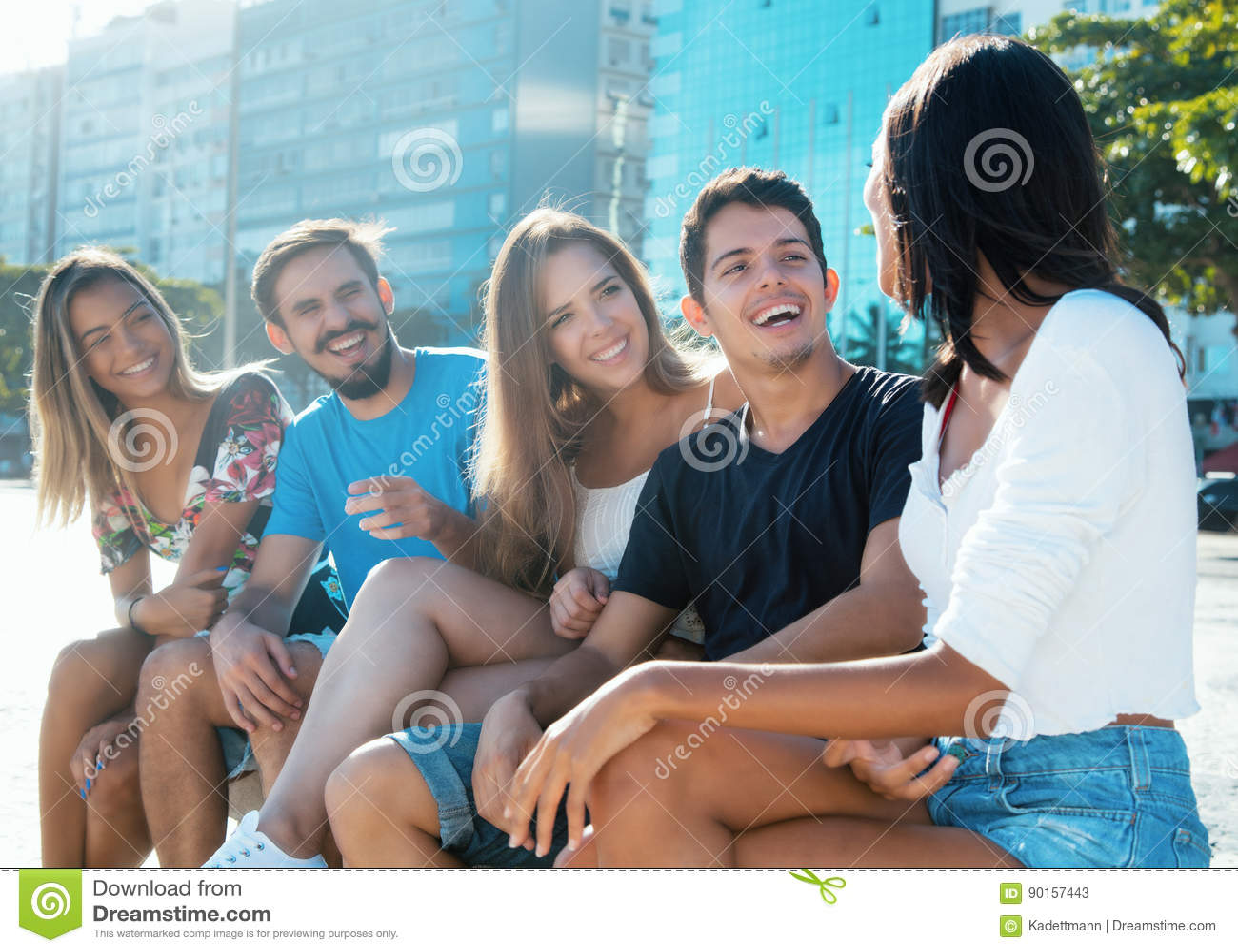小组白种人和西班牙年轻成人获得乐趣