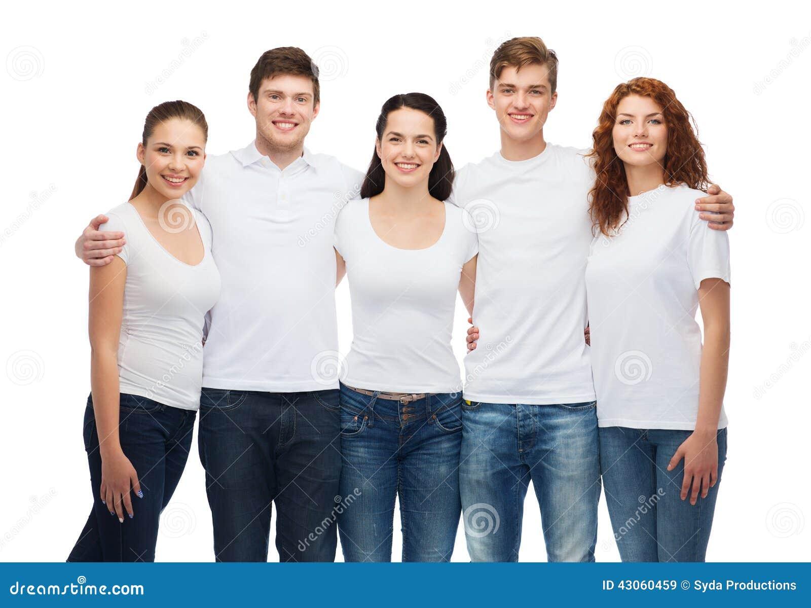 小组白色空白的T恤杉的微笑的少年