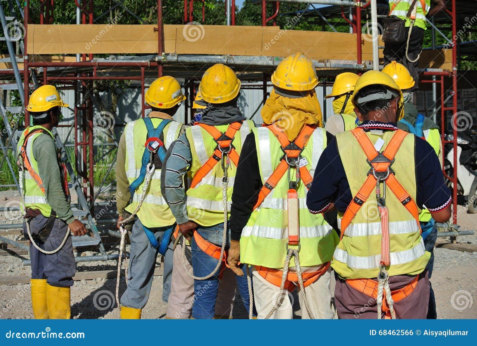 小组建筑工人聚集在露天场所