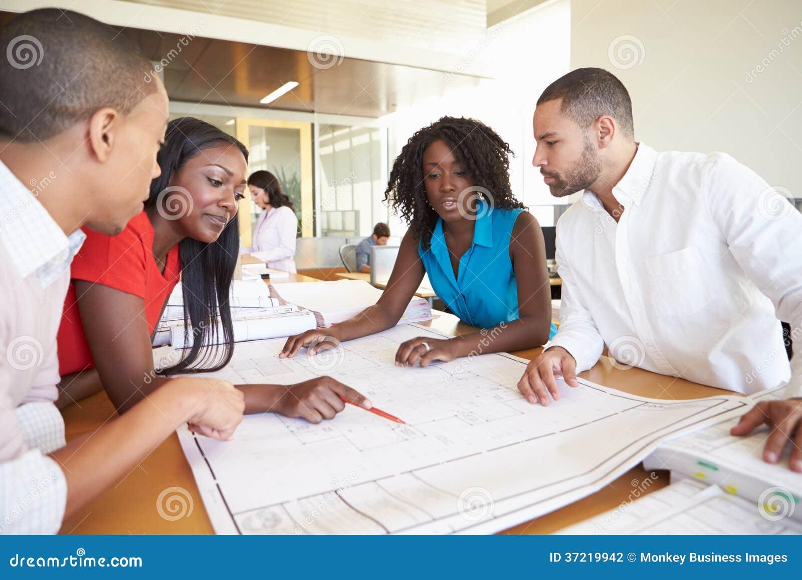 小组建筑师谈论计划在现代办公室