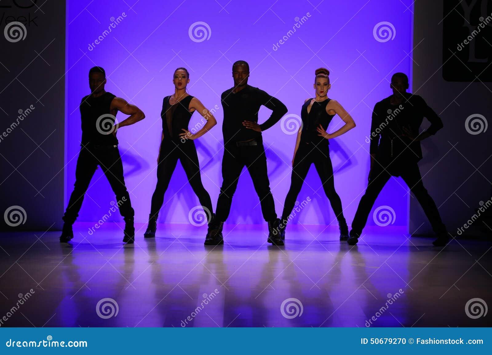 Download 小组舞蹈家执行在纽约生活时装表演的开头在MBFW秋天期间2015年 编辑类图片 - 图片 包括有 设计, 样式: 50679270