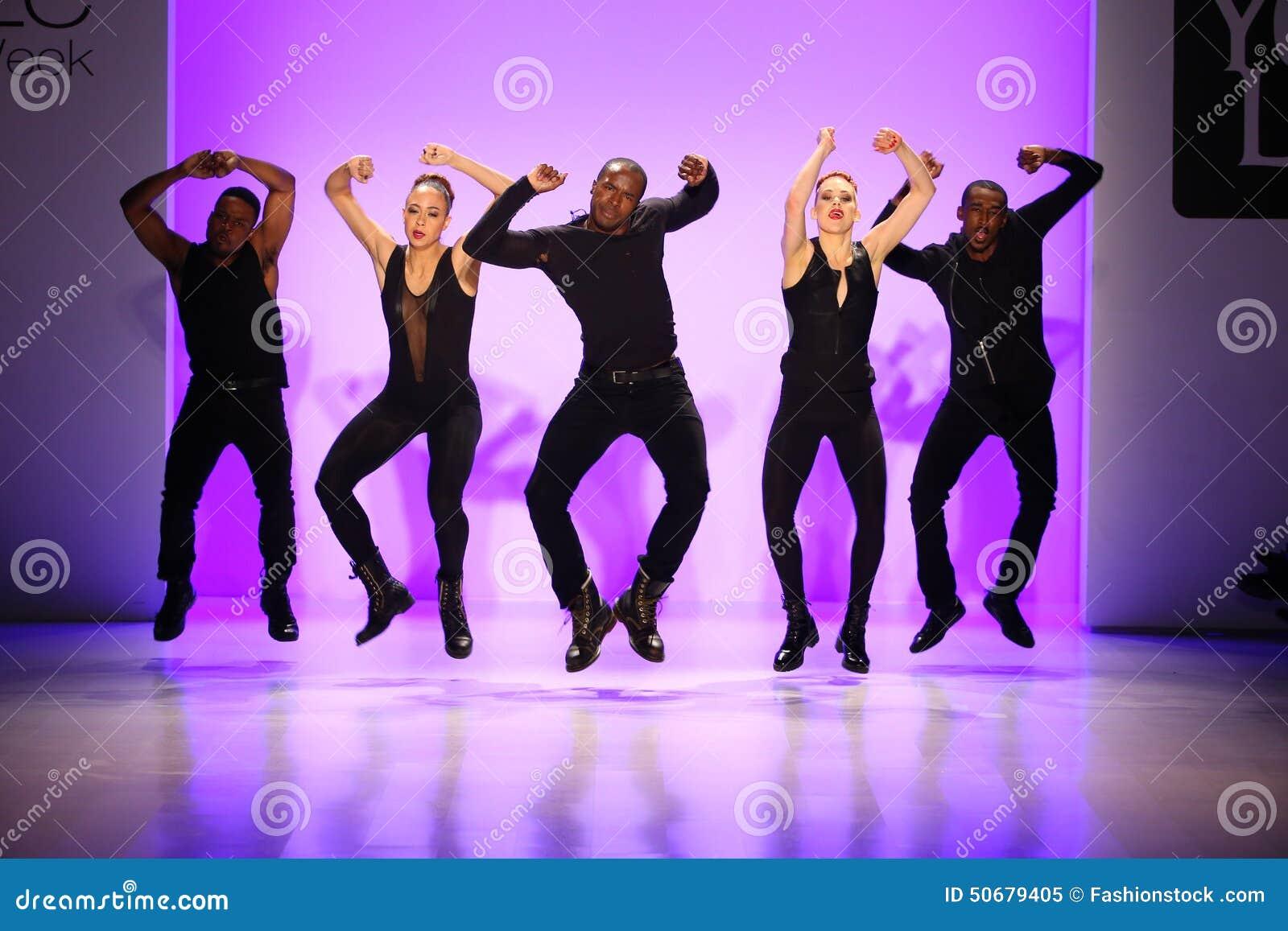 小组舞蹈家执行在纽约生活时装表演的开头在MBFW秋天期间2015年