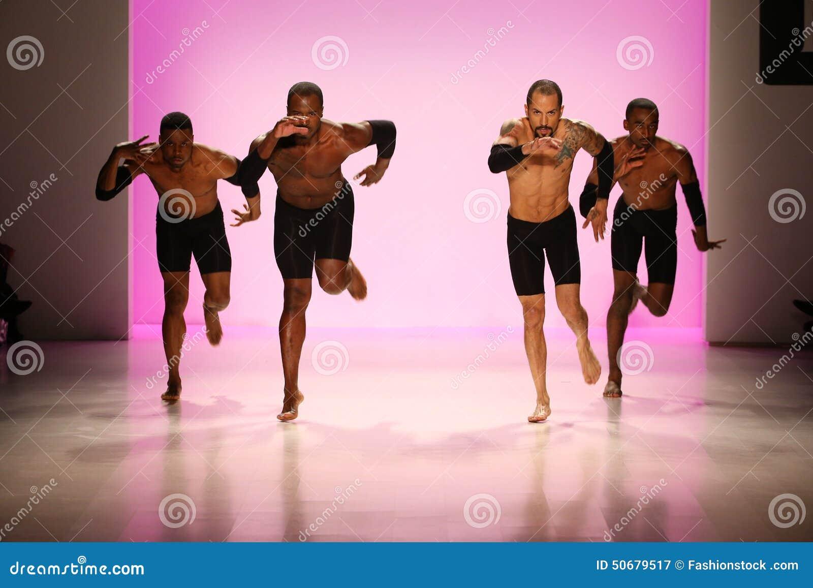 Download 小组舞蹈家执行在纽约生活时装表演的开头在MBFW秋天期间2015年 图库摄影片 - 图片 包括有 性能, 女性: 50679517
