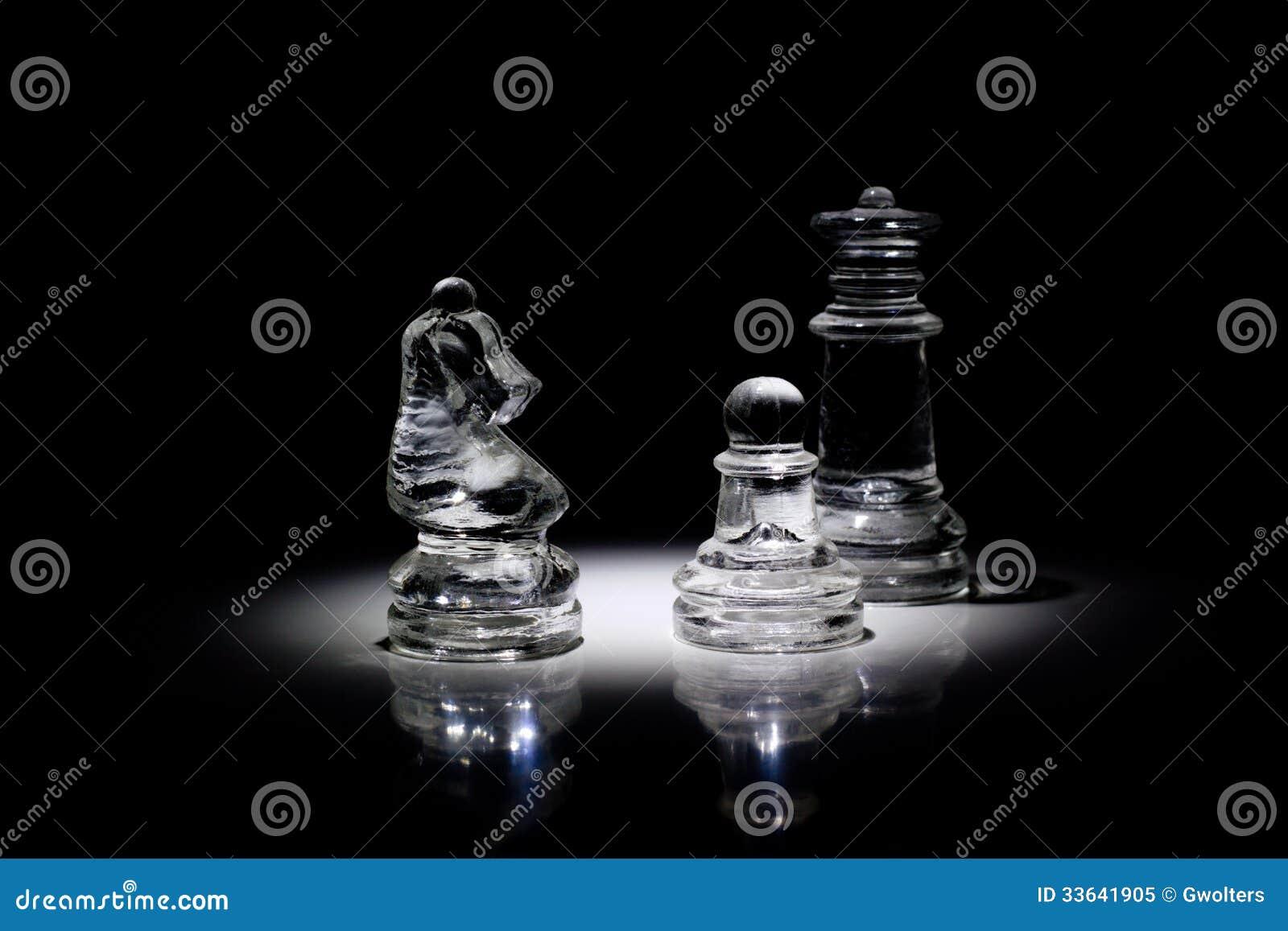 小组在光的西洋棋棋子.图片