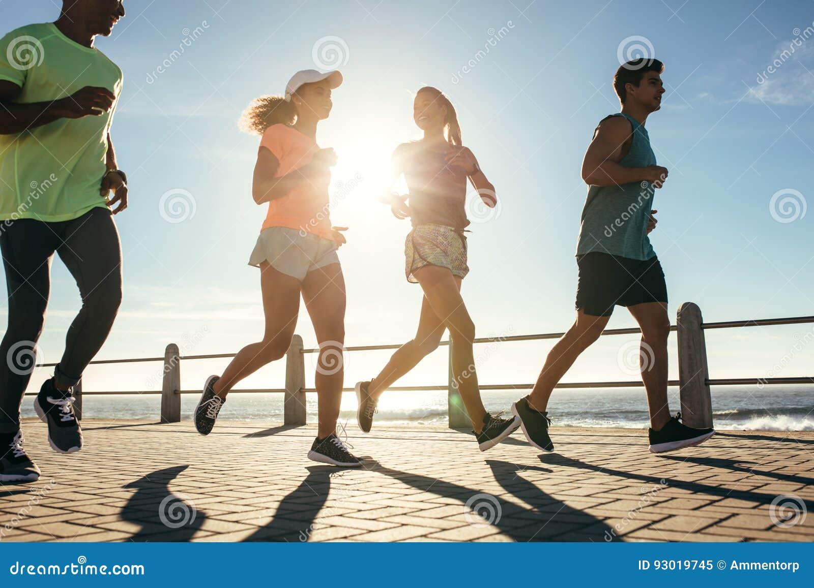 小组赛跑者在路由海边负责