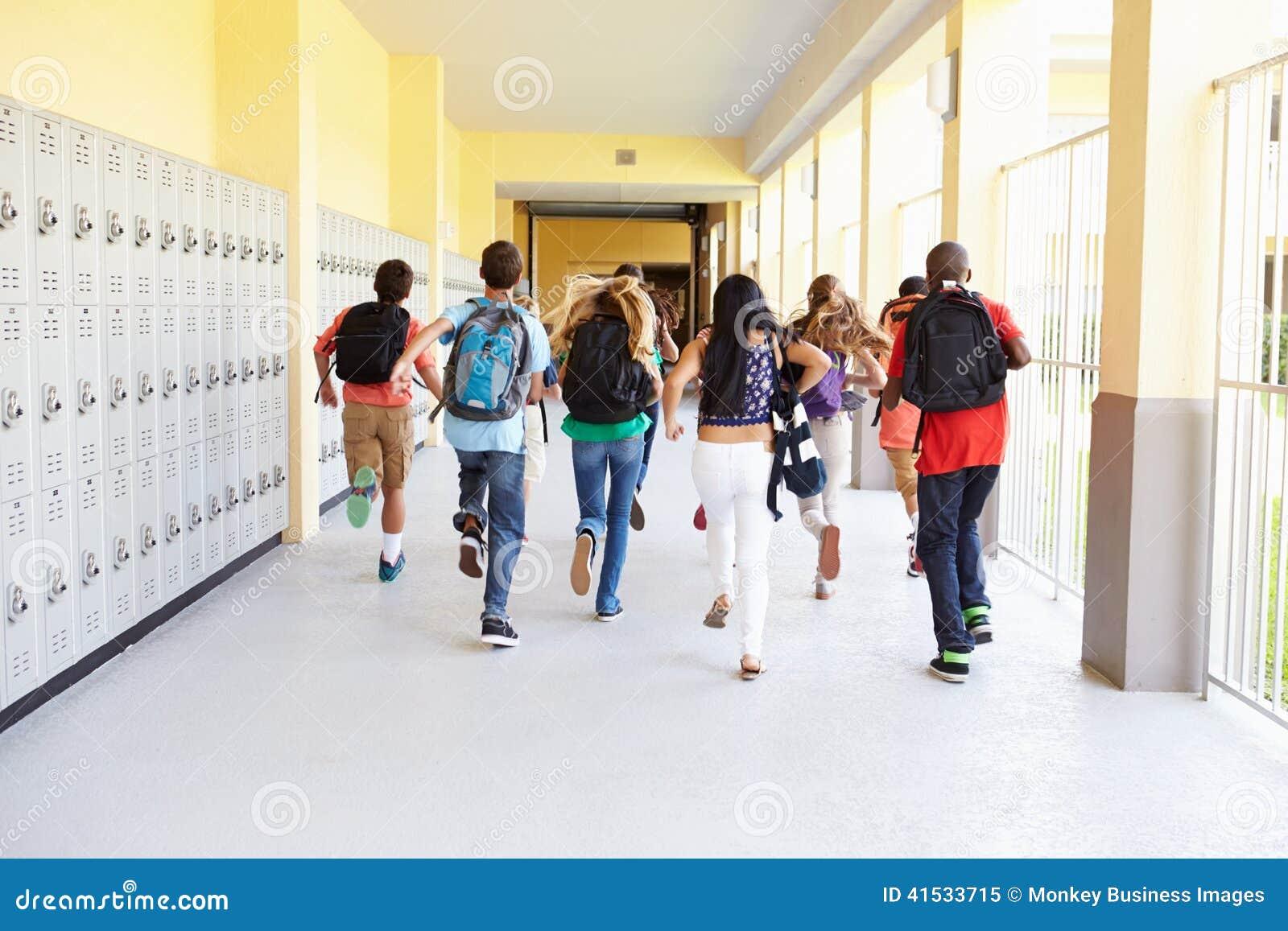 小组跑沿走廊的高中学生