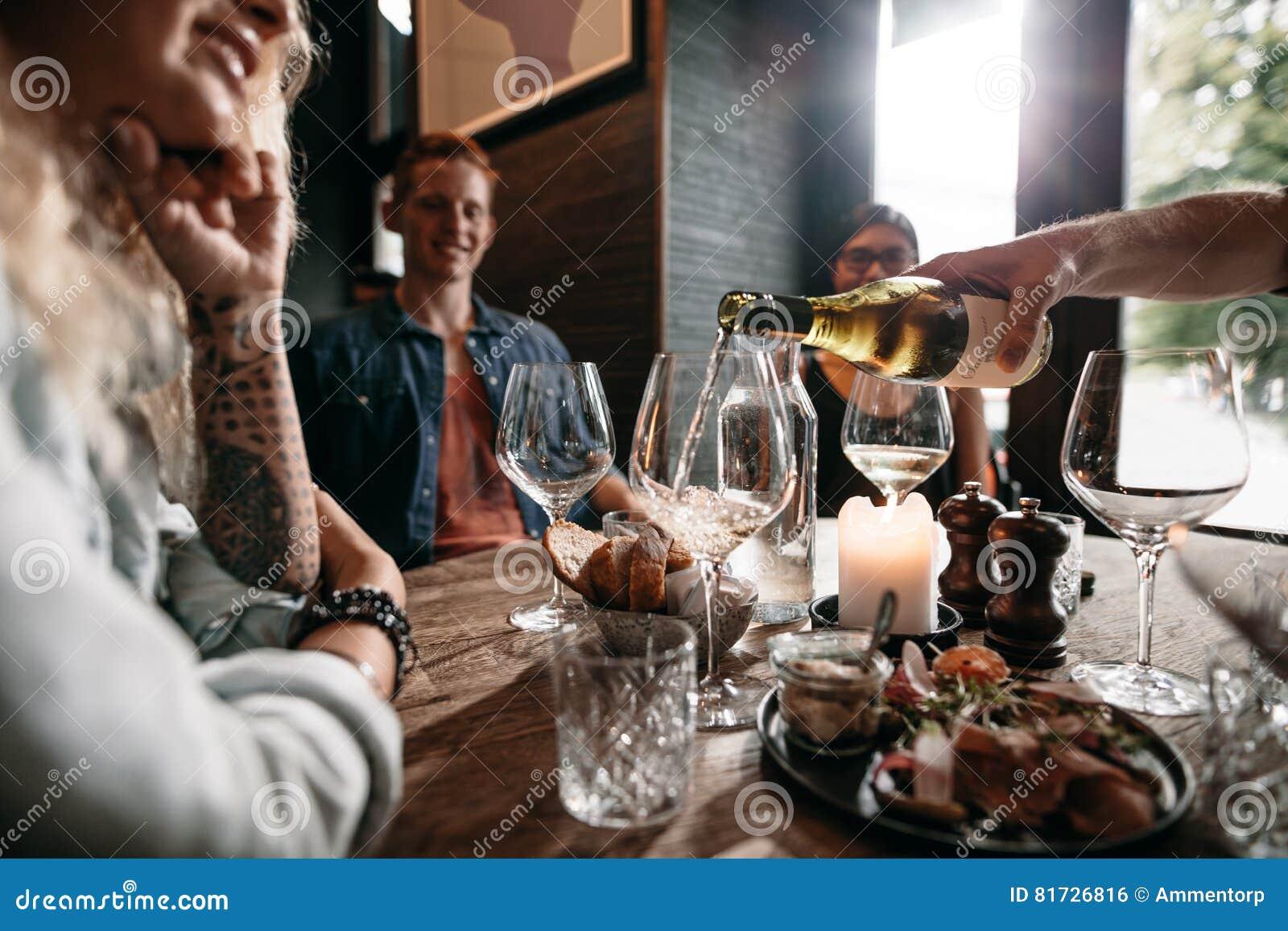 小组青年人有饮料在餐馆
