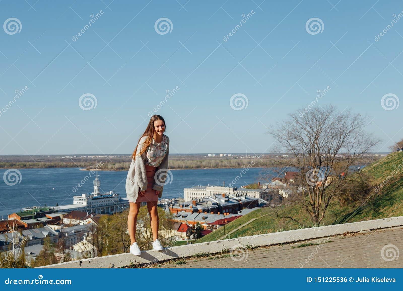少女在城市海湾的堤防走