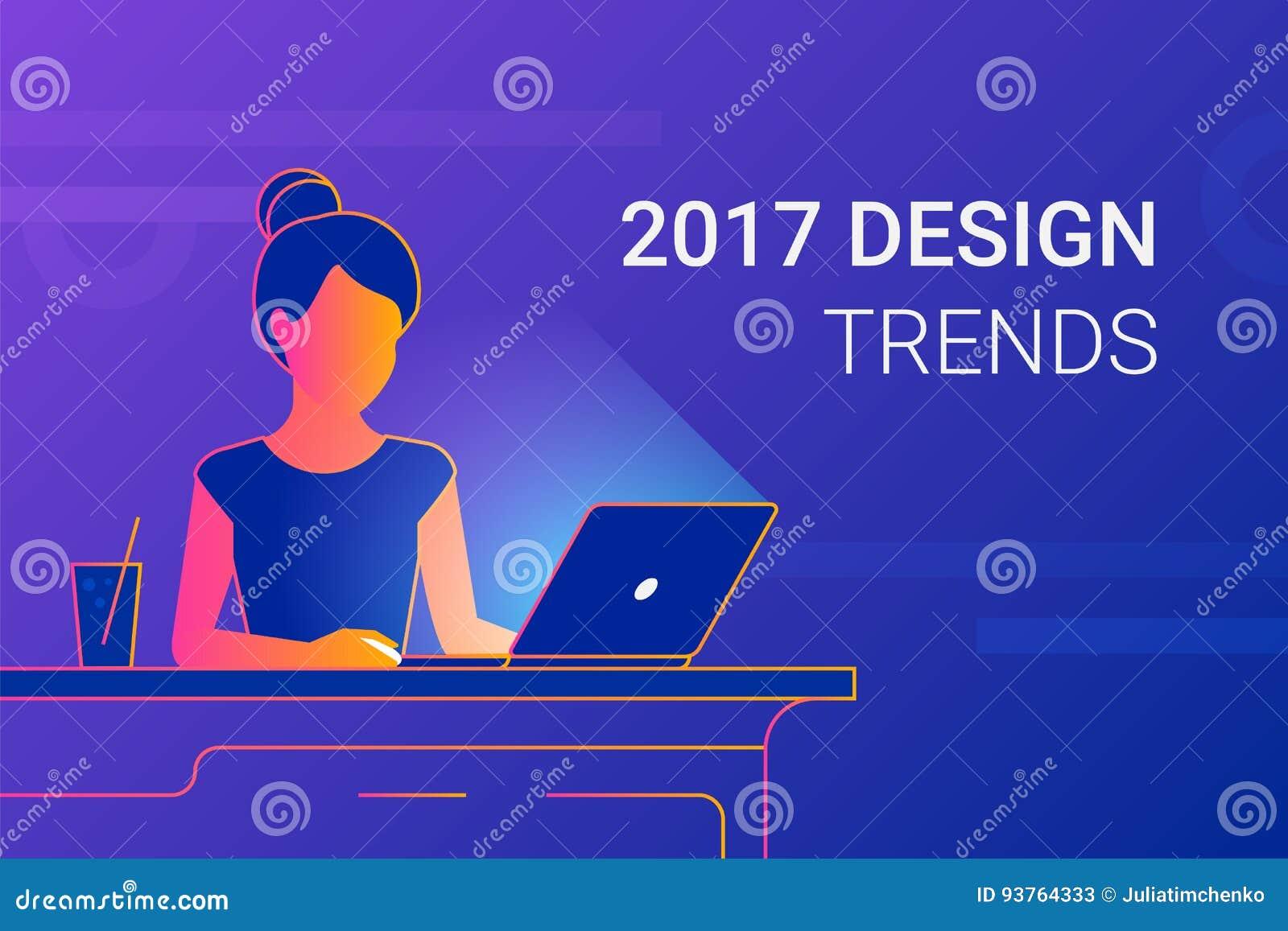 少妇与膝上型计算机一起使用在工作书桌