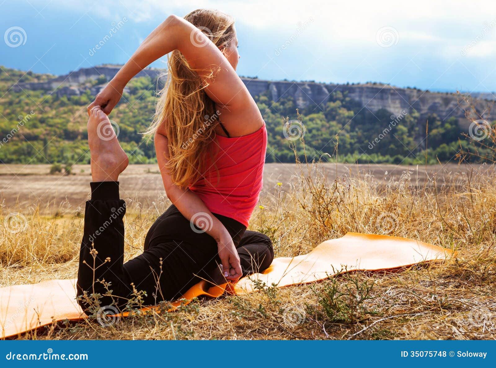少婦做靈活的瑜伽鍛煉圖片