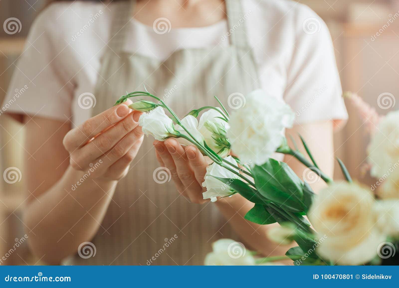 少妇卖花人职业与花一起使用