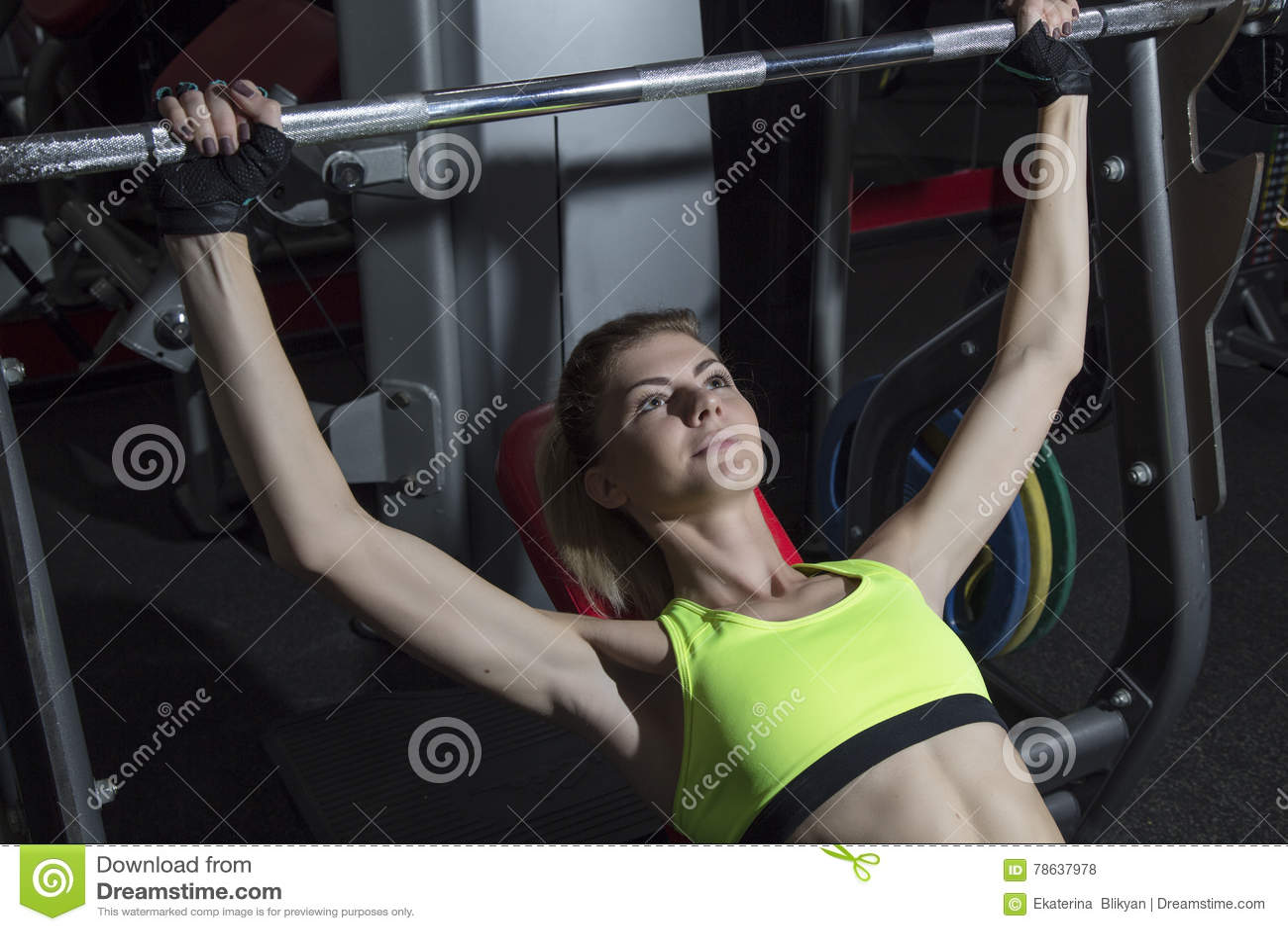 少妇向体育求助在健身房