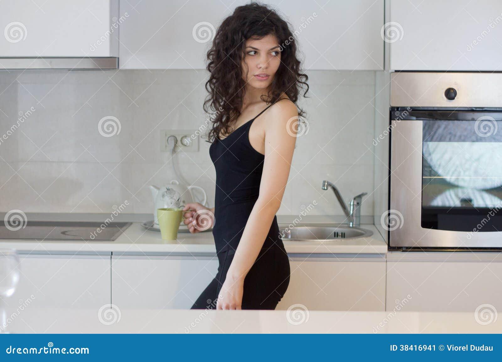少妇在厨房里
