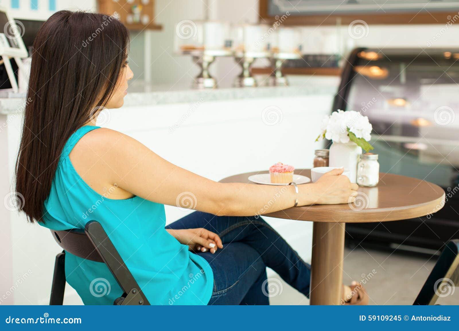 少妇在咖啡店