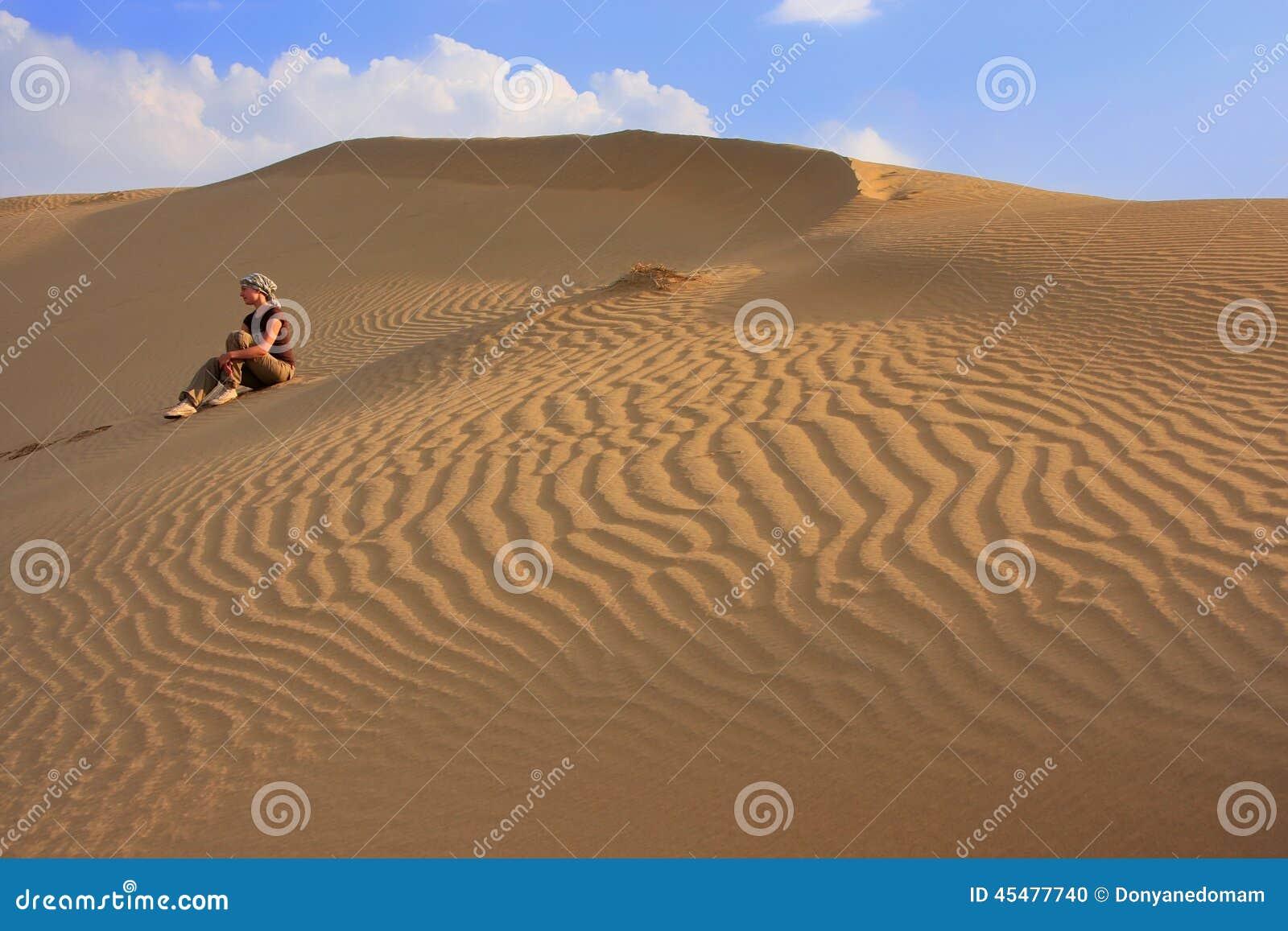 少妇坐沙丘,塔尔沙漠, Jaisalmer,印度