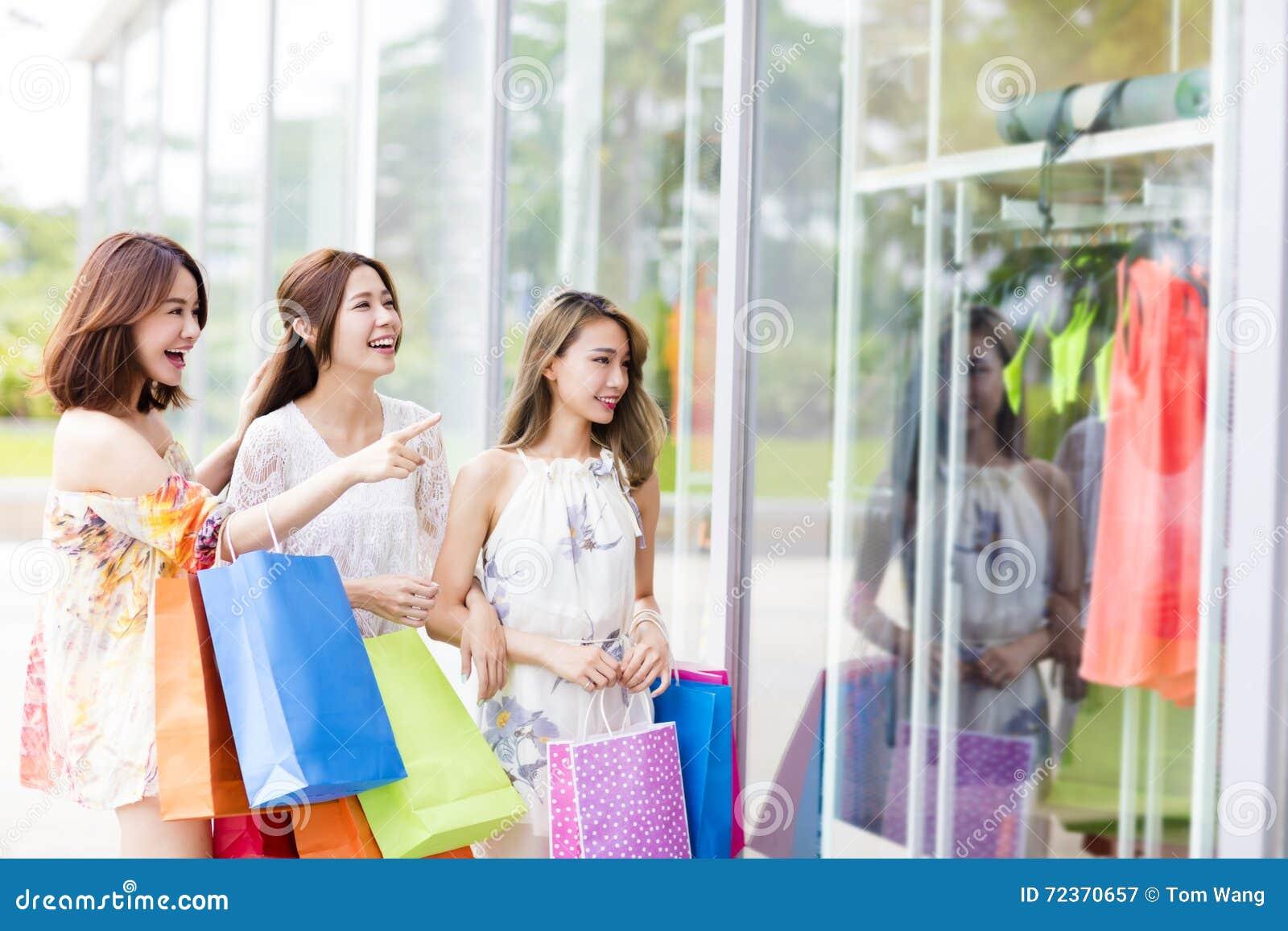 少妇小组运载的购物袋