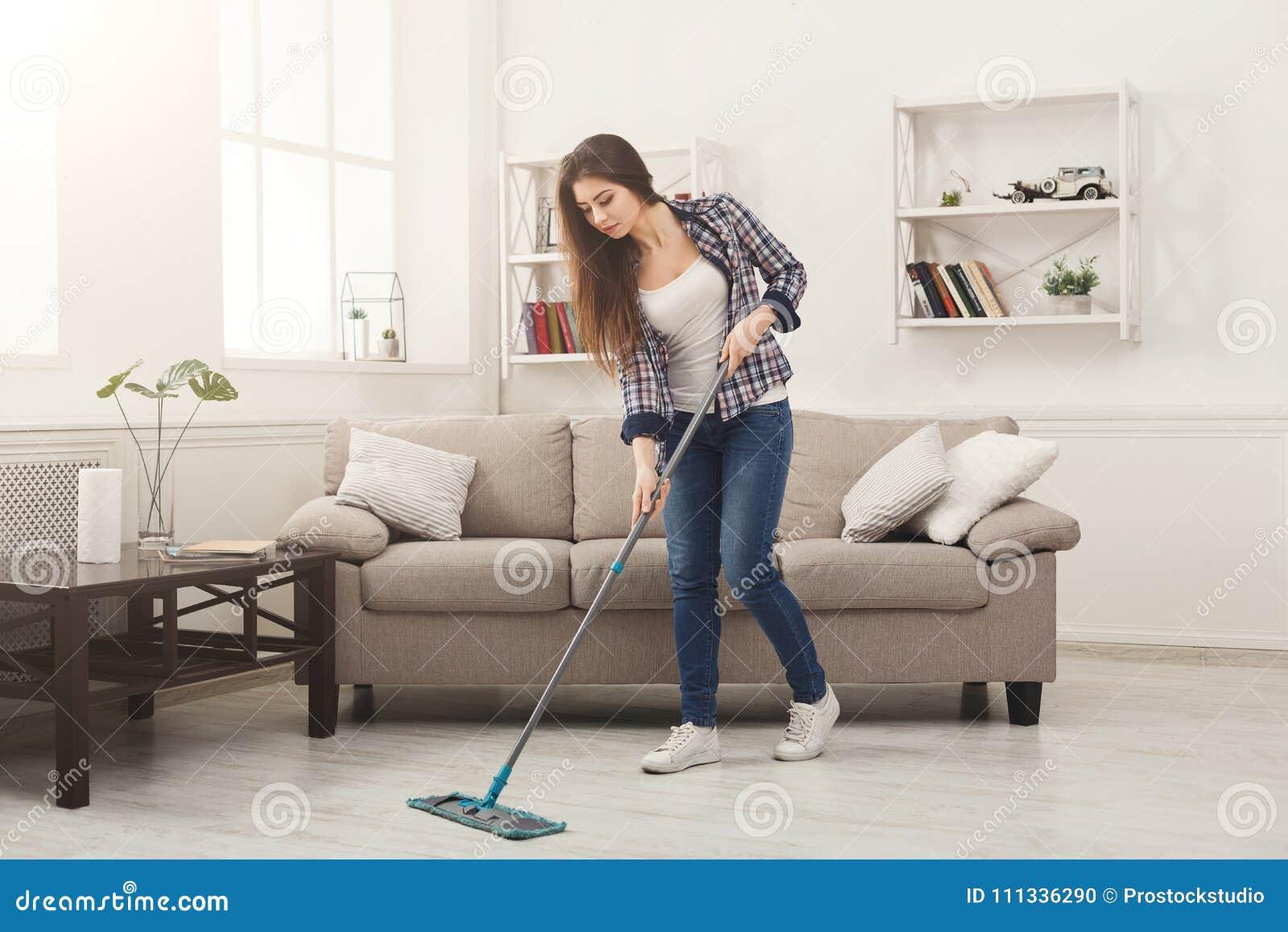 少妇有拖把的清洁房子