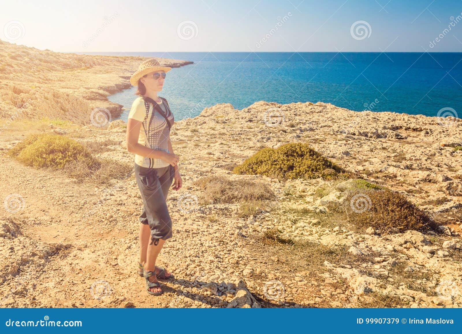 少妇游人,塞浦路斯Ayia Napa,海角格雷科半岛,全国森林公园