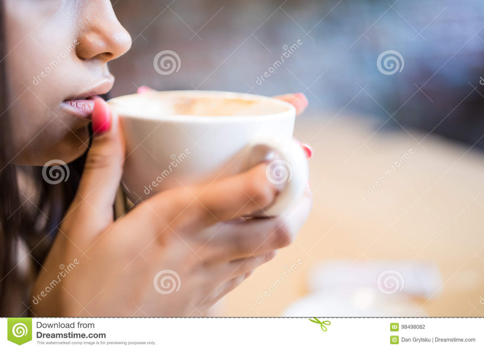 少妇特写镜头画象有咖啡饮料的