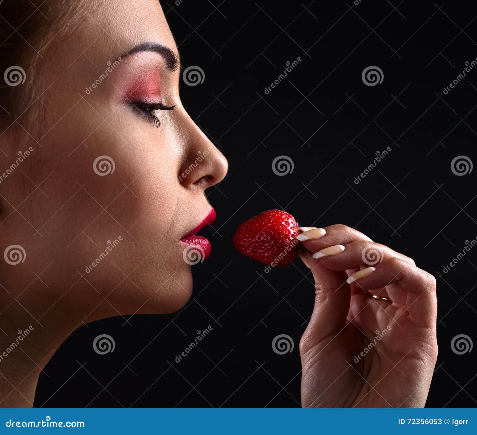 少妇用草莓