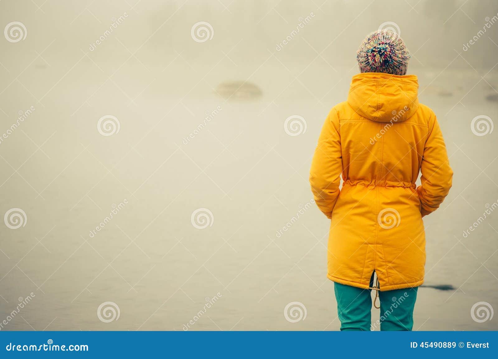 少妇站立的单独室外旅行生活方式