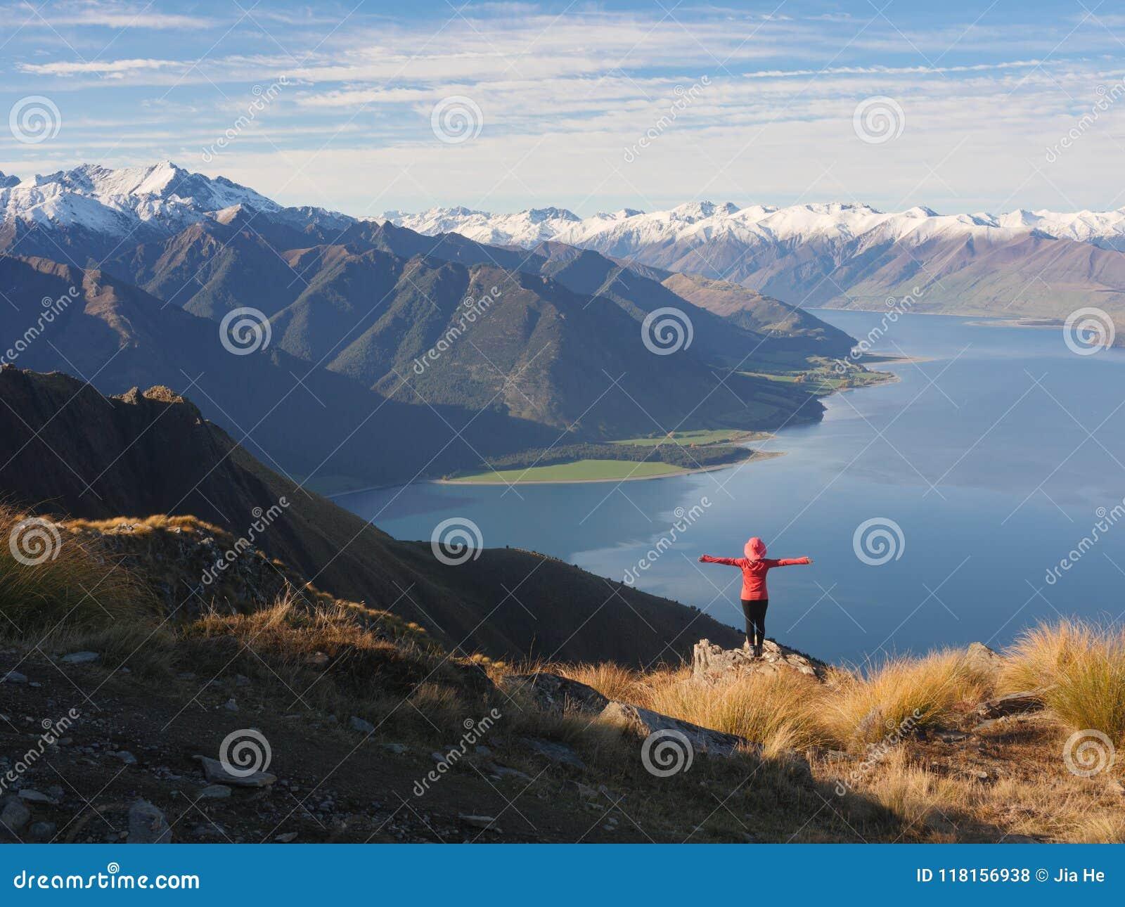少妇观察山风景