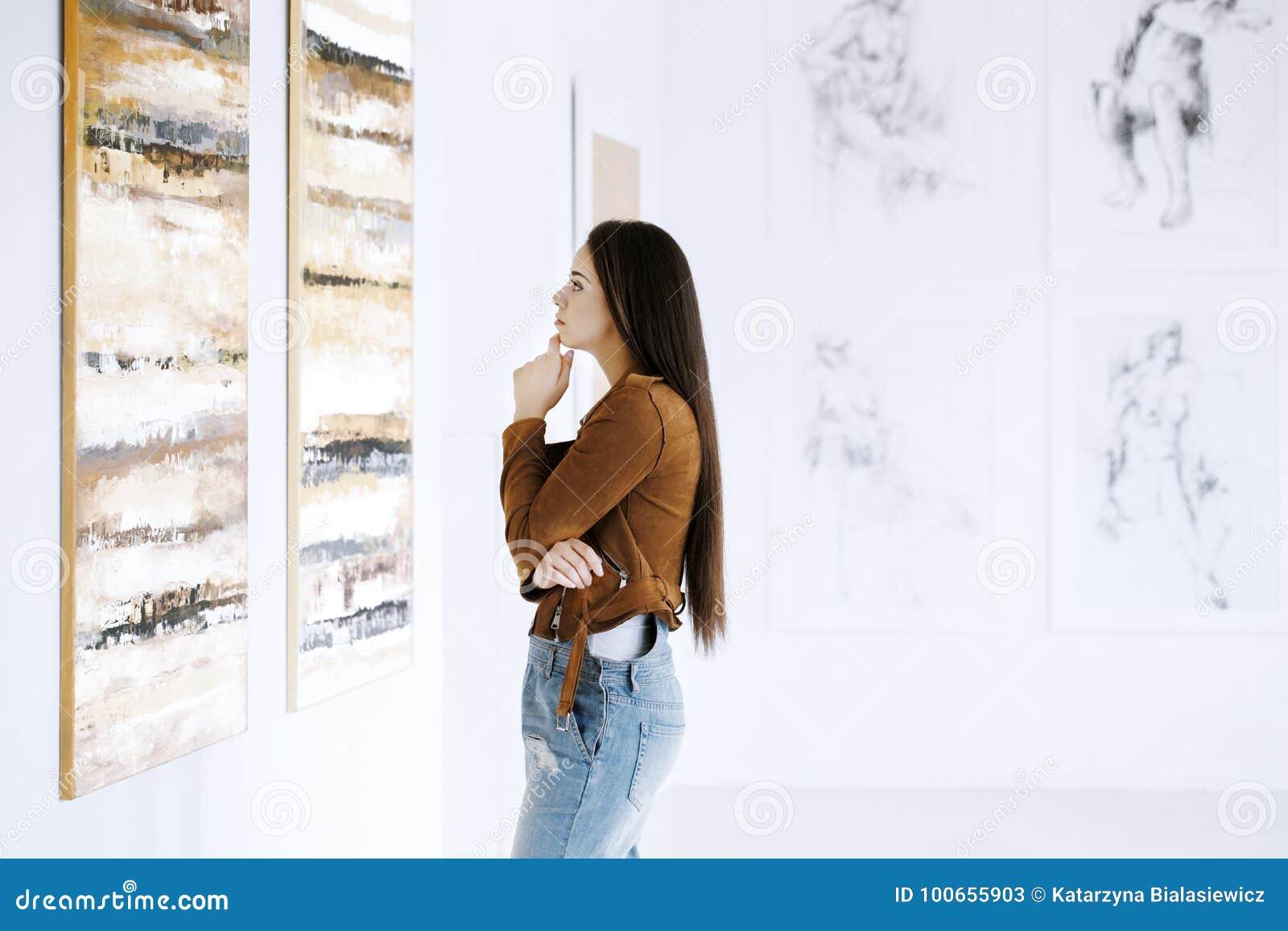 少妇观察绘画