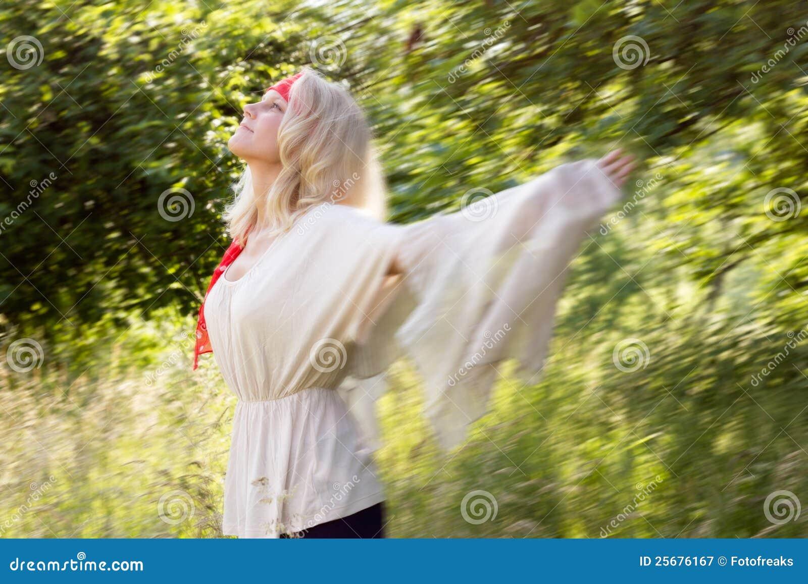 少妇跳舞在夏天