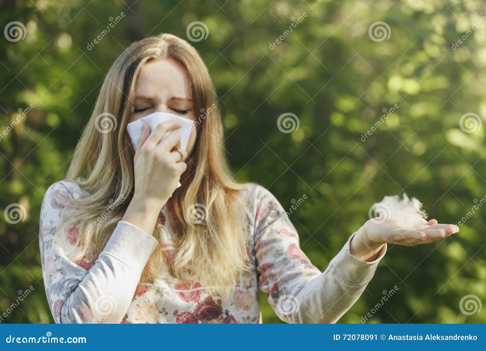 少妇遭受的春天花粉过敏