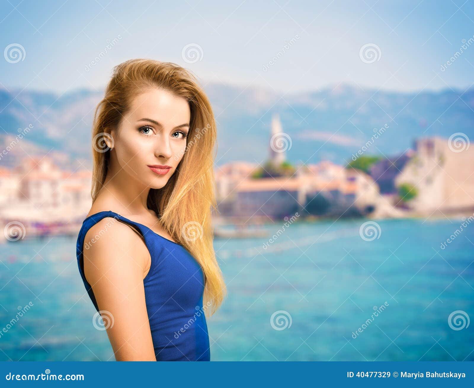 少妇画象蓝色上面的海上