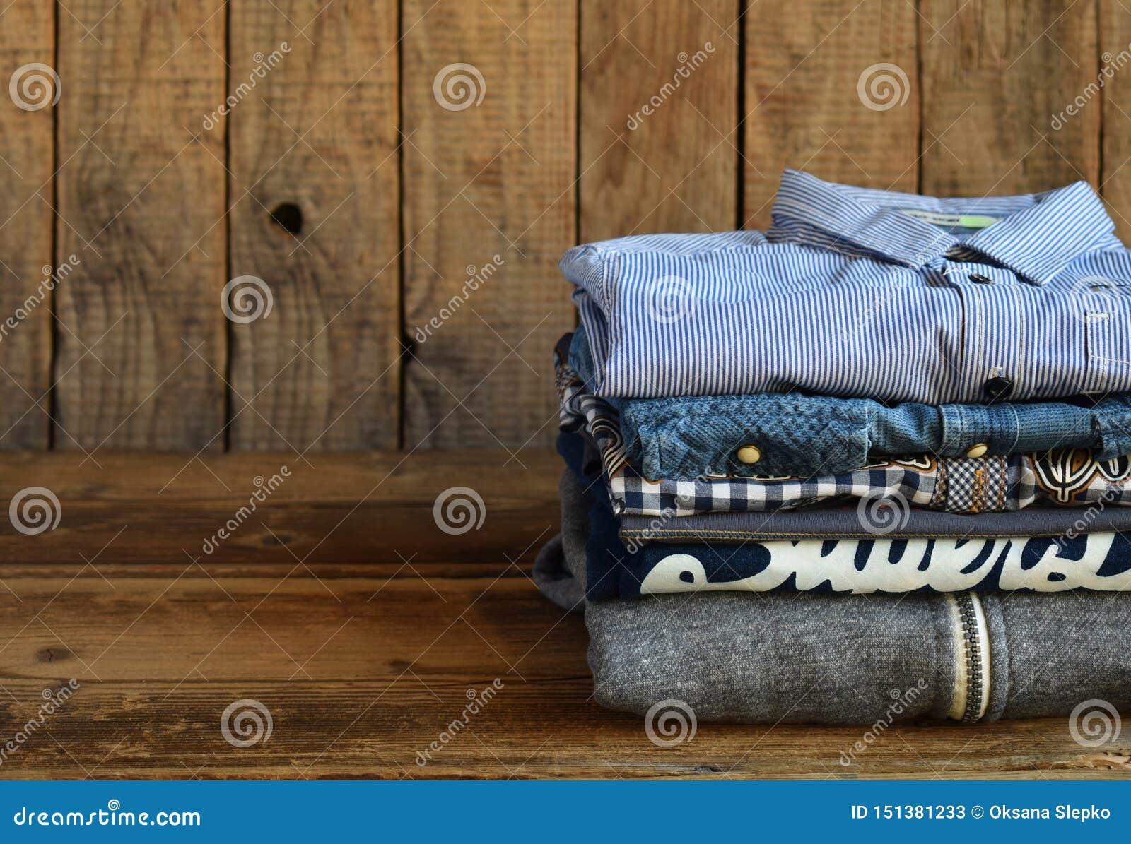 少年偶然成套装备 男孩鞋子、衣物和辅助部件在木背景-毛线衣,衬衣 r r