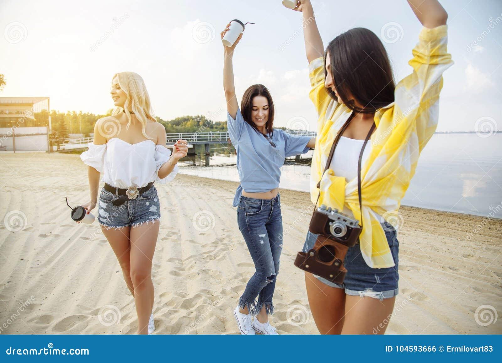少年朋友海滩党幸福概念