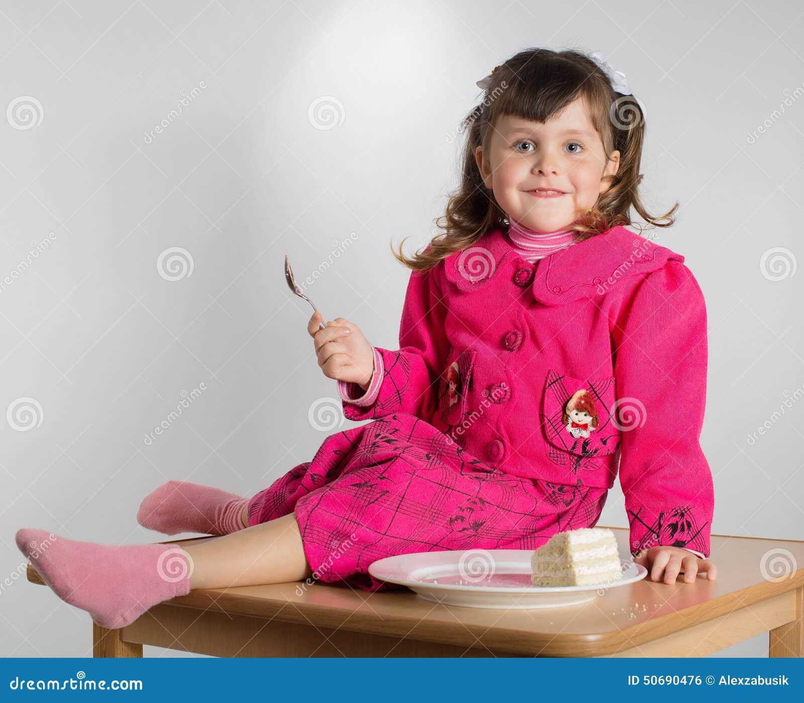 Download 少许吃女孩的点心 库存照片. 图片 包括有 蛋糕, 人员, 子项, 礼服, 白种人, 背包, 实验, 国内 - 50690476