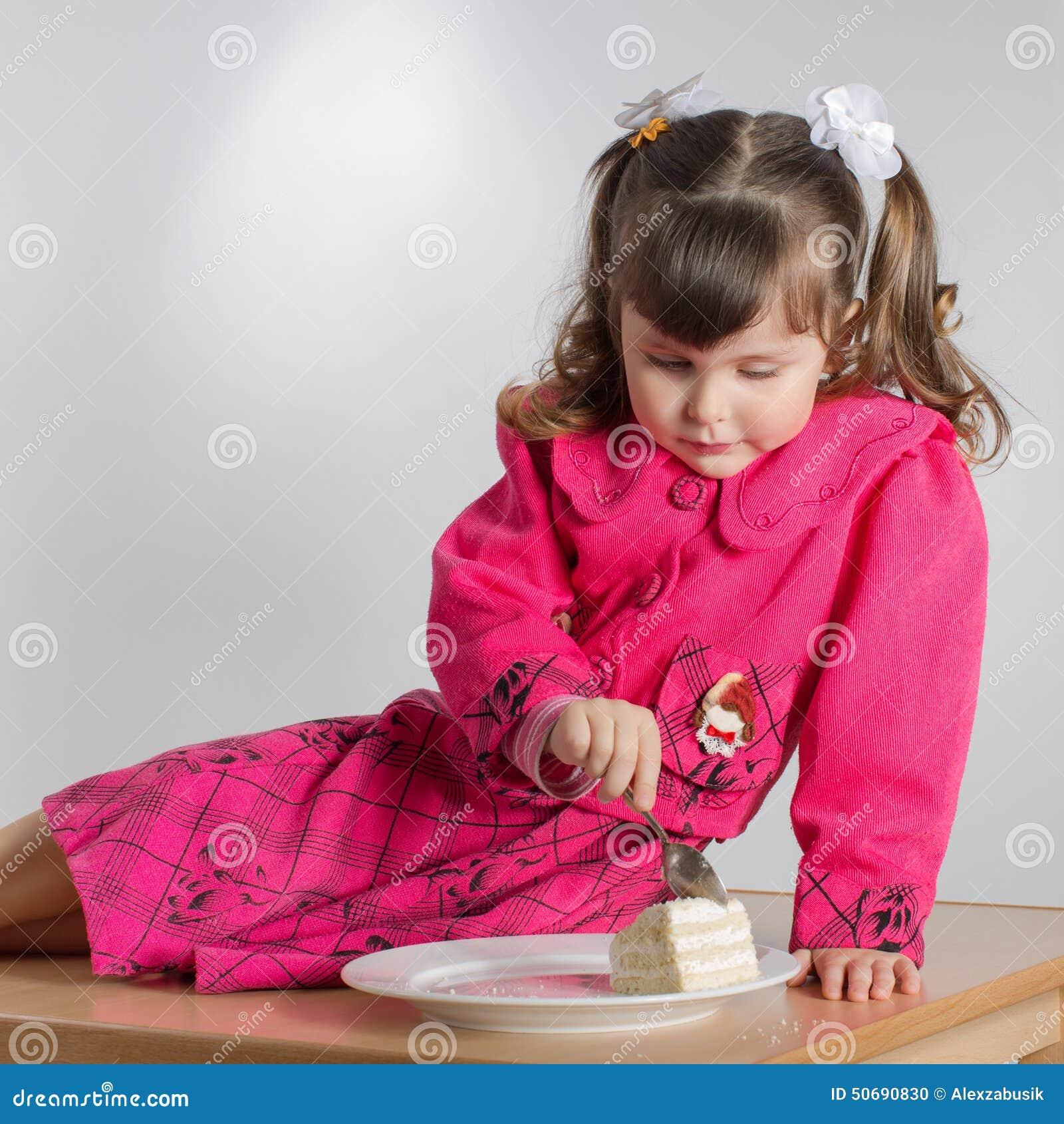 Download 少许吃女孩的点心 库存照片. 图片 包括有 点心, 食物, 淘气的性质, 人员, 嬉戏, 婴孩, 粉红色 - 50690830