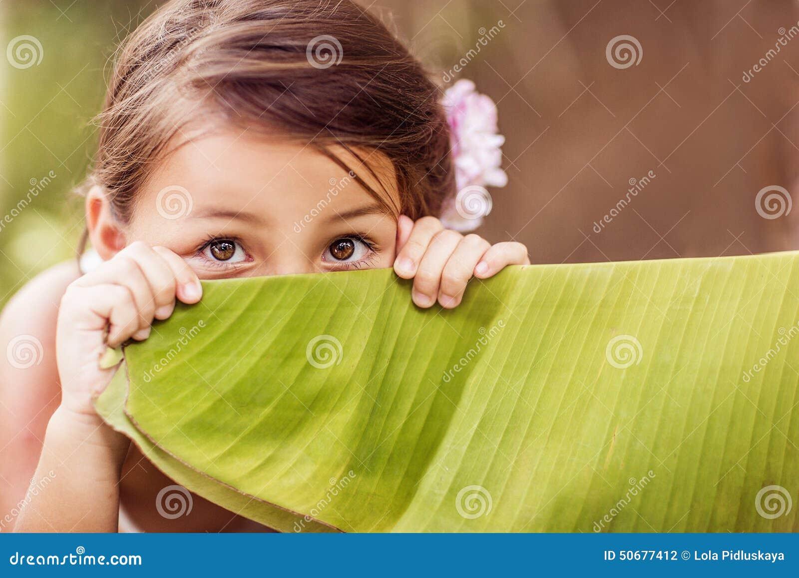 Download 少许隐藏的女孩 库存照片. 图片 包括有 眼睛, 叶子, 海岛, 比赛, 注视, 楼梯栏杆, beautifuler - 50677412