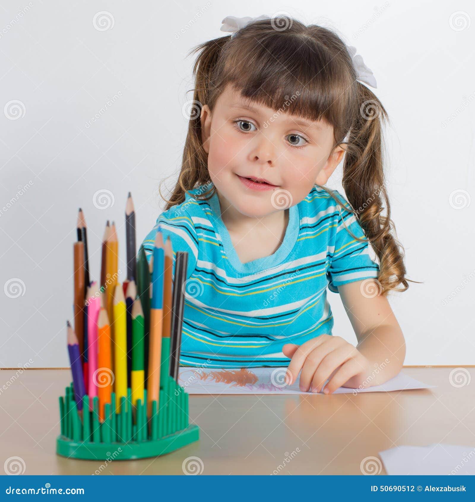 Download 少许画女孩 库存照片. 图片 包括有 户内, 图象, 国内, 生活方式, 童年, 子项, 服务台, 上色 - 50690512