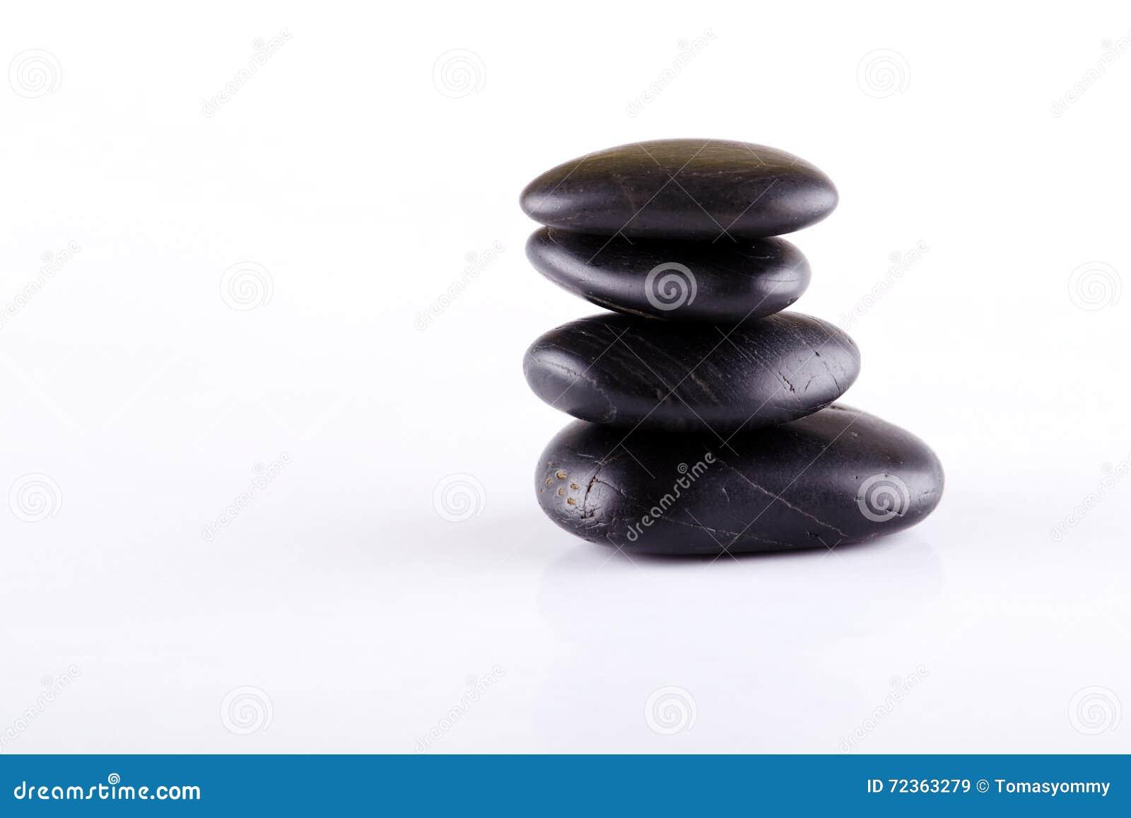 少量黑熔岩石头被堆积在彼此