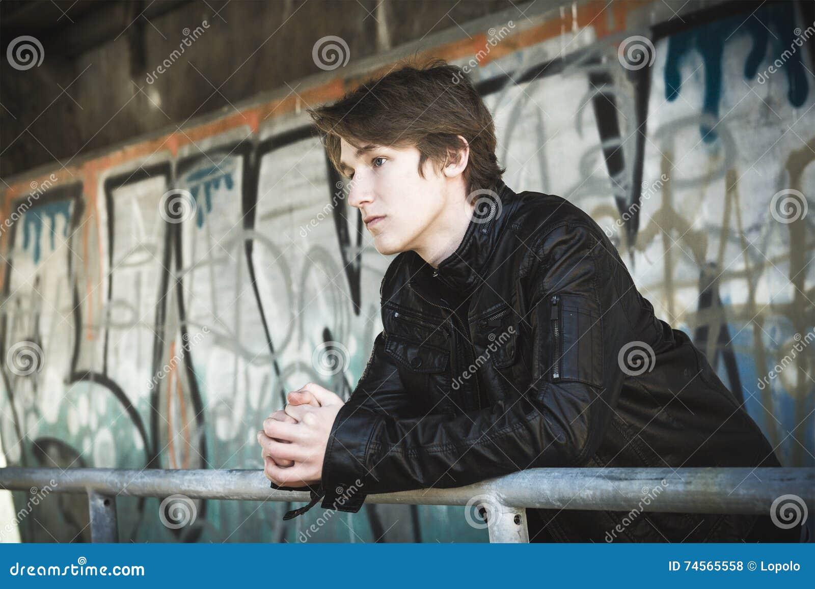 少年被压下在一个肮脏的隧道里面