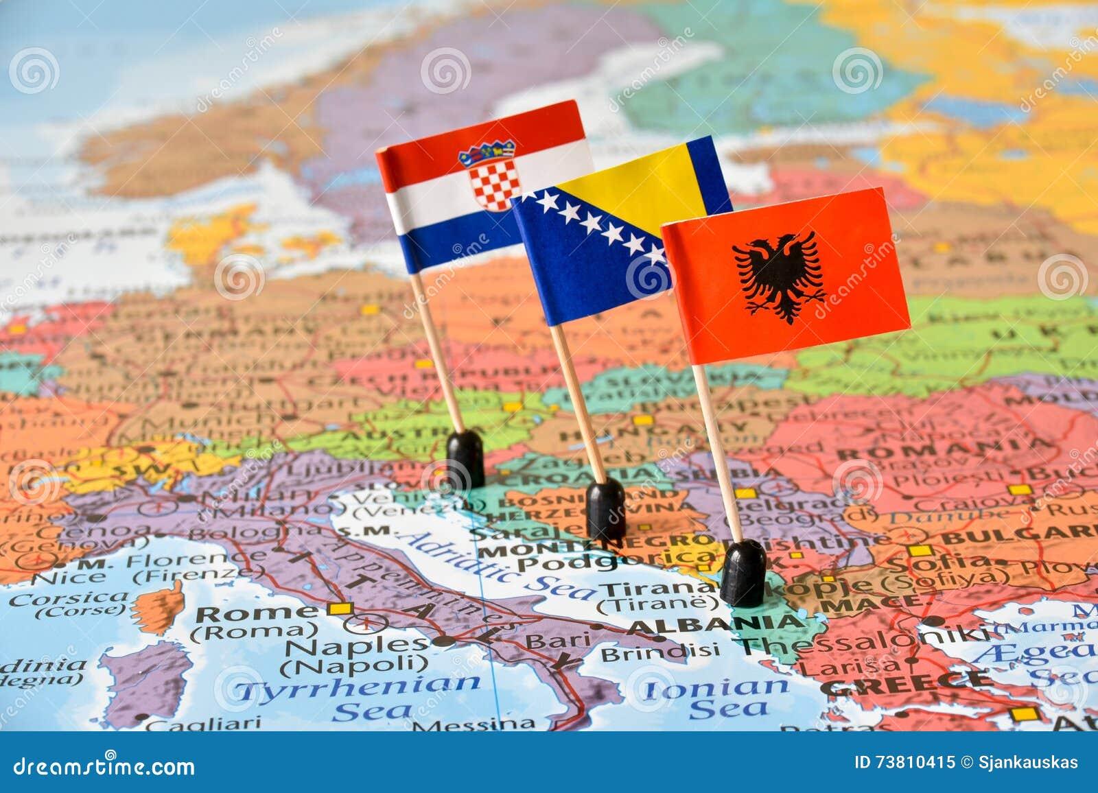 巴尔干、阿尔巴尼亚,波黑的地图和旗子