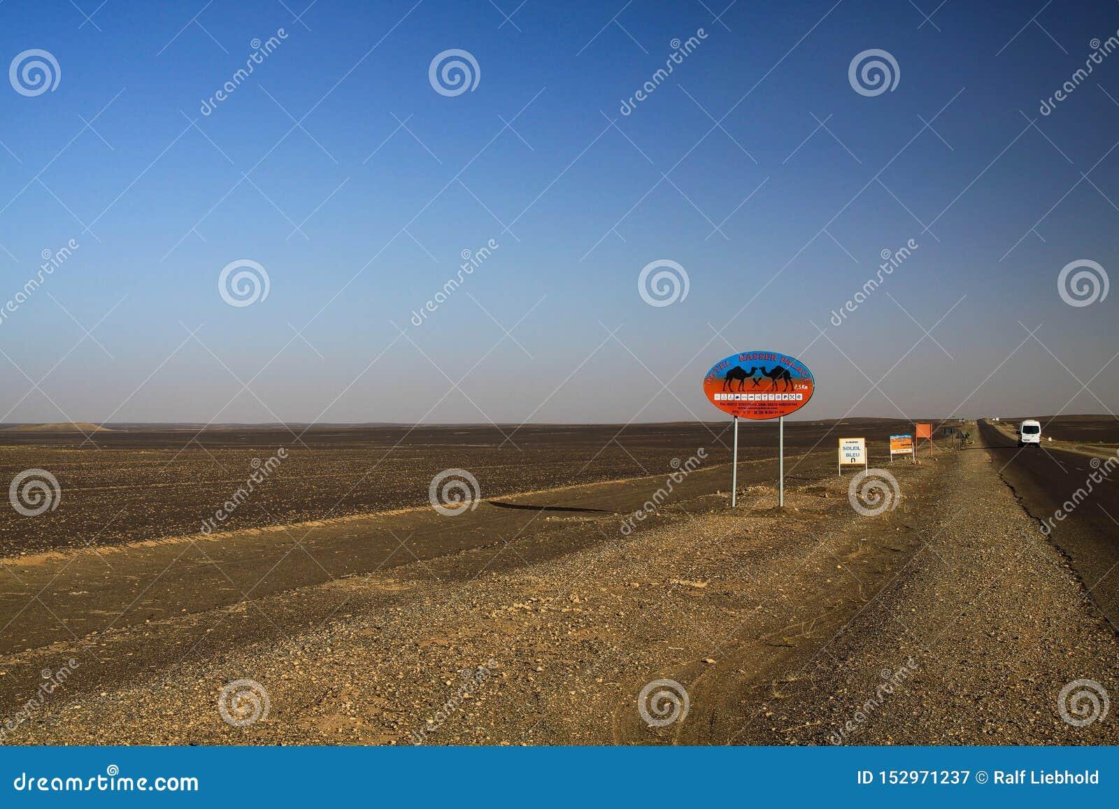 尔格CHEBBI撒哈拉,摩洛哥- 9月25 2011年:Lost被隔绝的路标在有不尽的天际的废沙漠土地