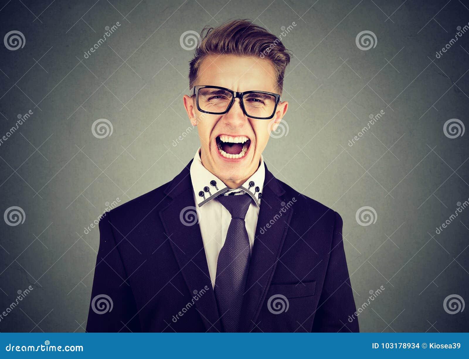 尖叫一个恼怒的商人的画象